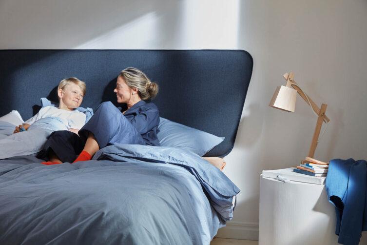 Miljöbild på Hilding Original plus i Eco blå med Retro sänggavel.
