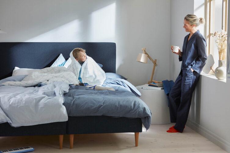 Miljöbild på Hilding Original plus i Eco blå med Slät sänggavel.