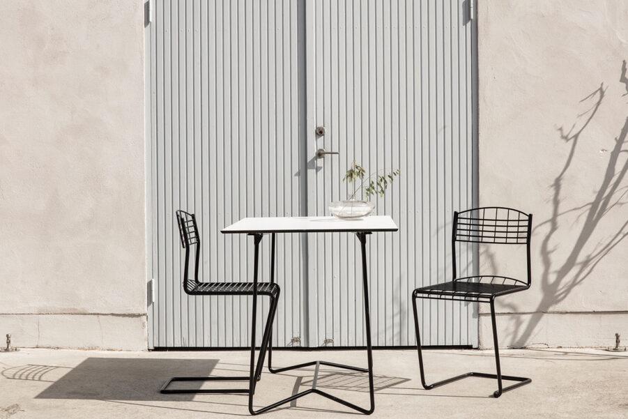 High tech stolar i svart med high tech bord från Grythyttan.