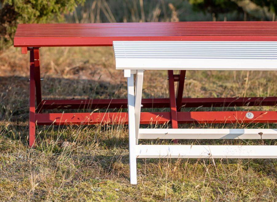 Slite bänkar i vitt och rött från Guteform på Gotland.