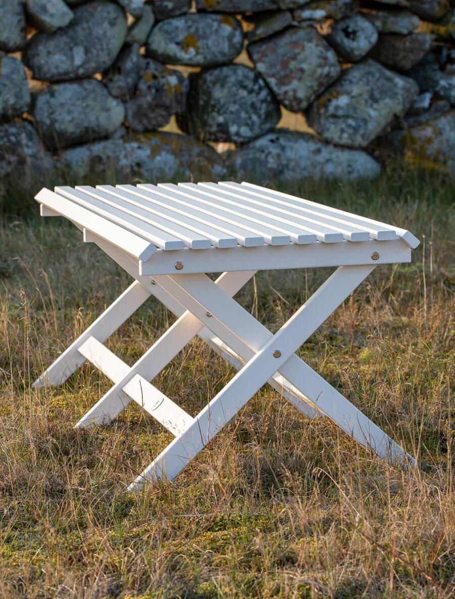 Slite bänk i vitt från Guteform på Gotland.