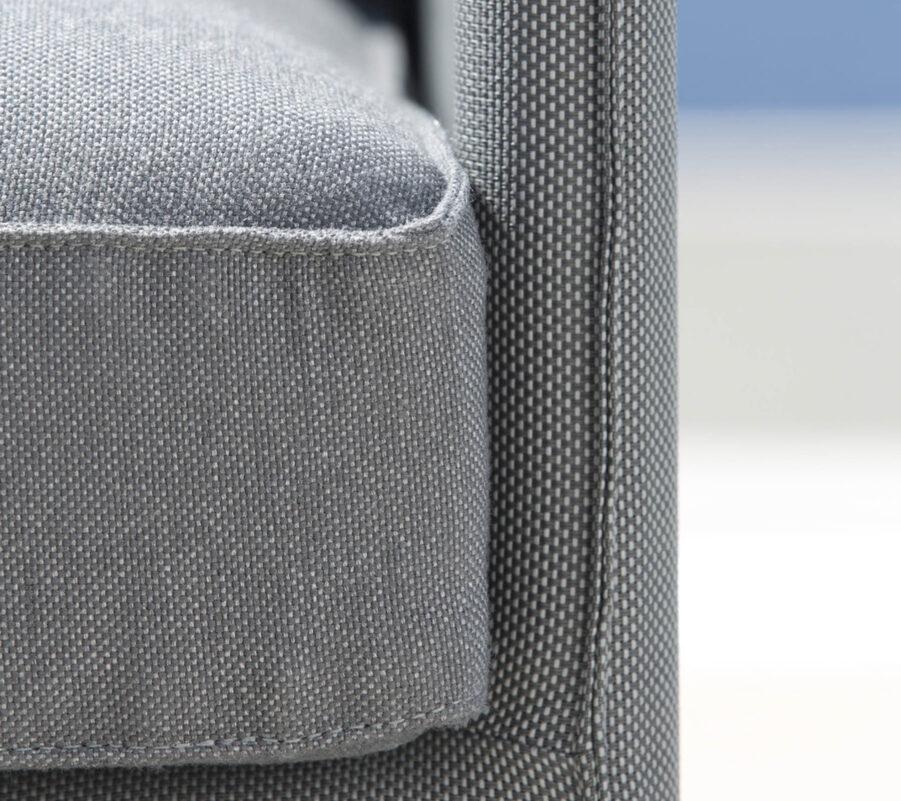 Detaljbild på Diamond i grå textilene med sunbrella-dynor.