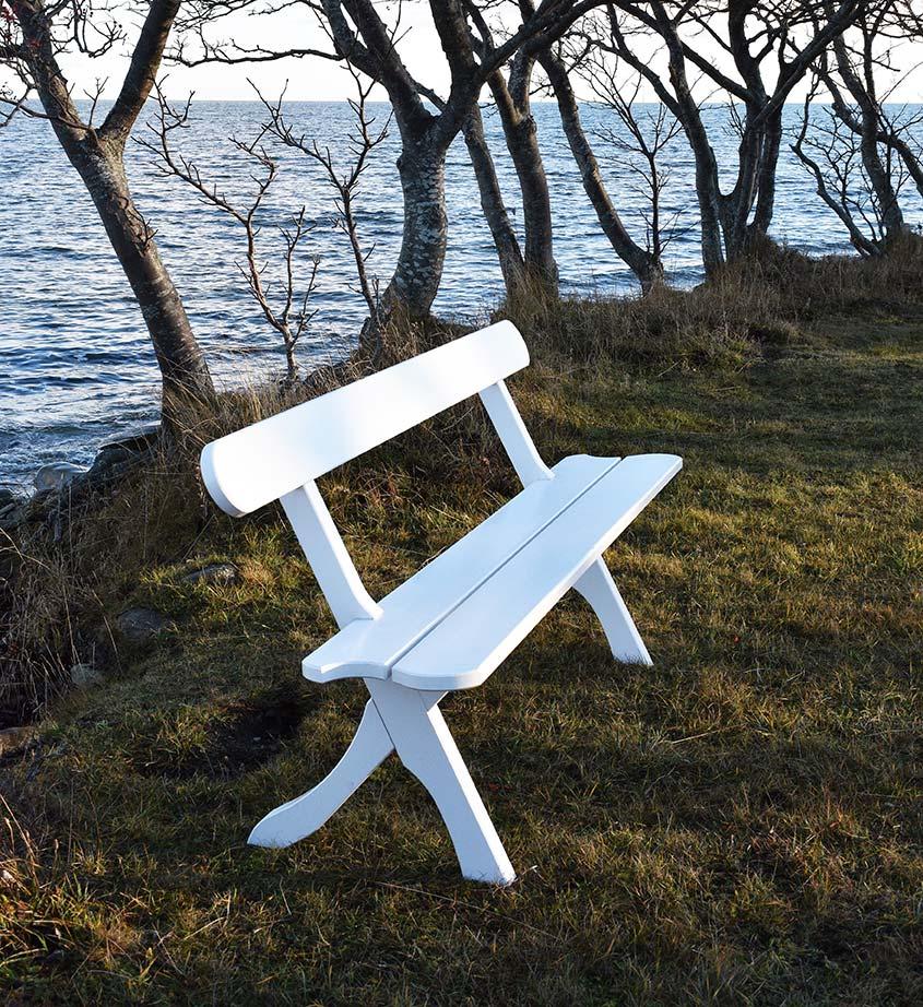 Bölske soffa i vitmålad furu från Gotland.