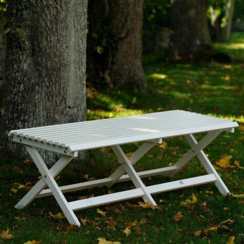 Slite bänk i vitt tillverkad i furu från Gotland.