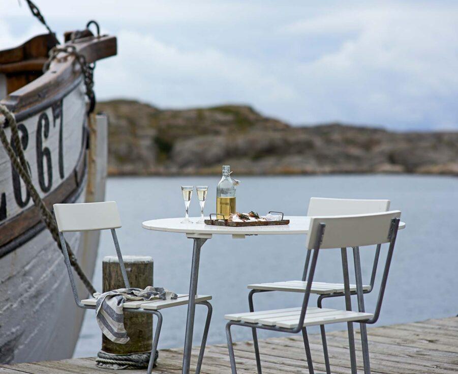 Stol 1 med 9A bord i vitlackad ek från Grythyttan Stålmöbler.