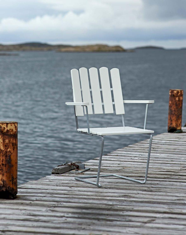 A2 fåölj i vitlackad ek från Grythyttan Stålmöbler.