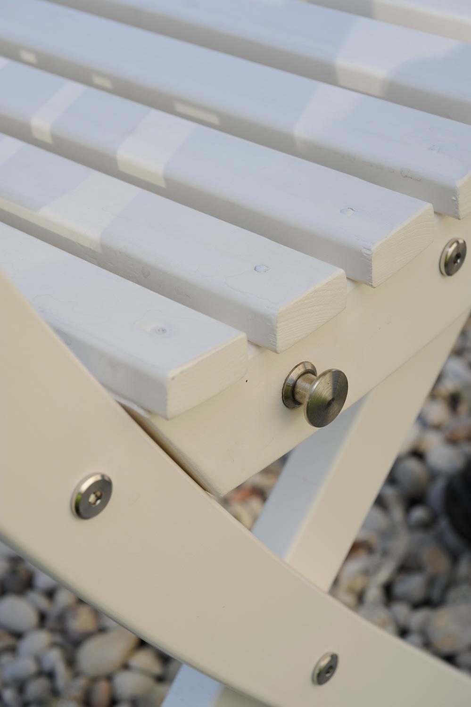 Detaljbild på Slite stol och soffa i vitt från Guteform på Gotland.