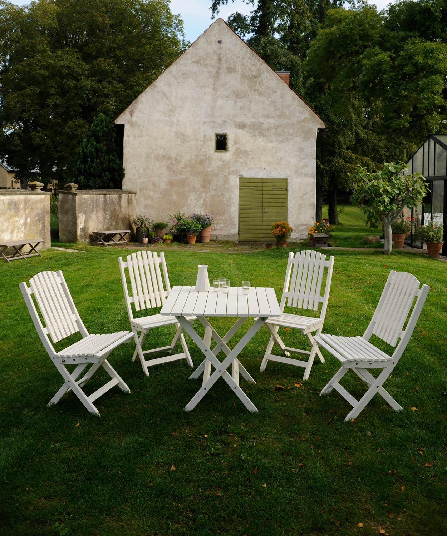 Slite matgrupp i vitt med fyra stolar och bord från Guteform på Gotland.