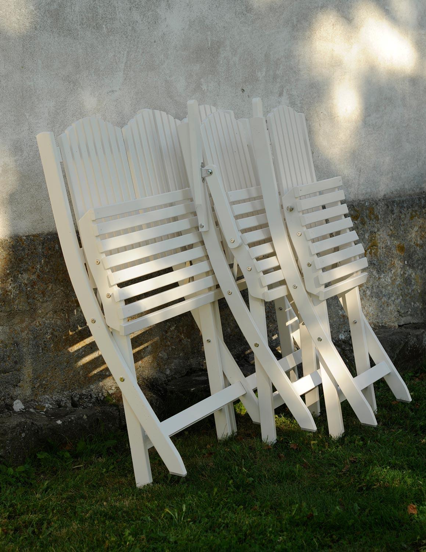 Stolar och soffa i vitt från Guteform på Gotland.