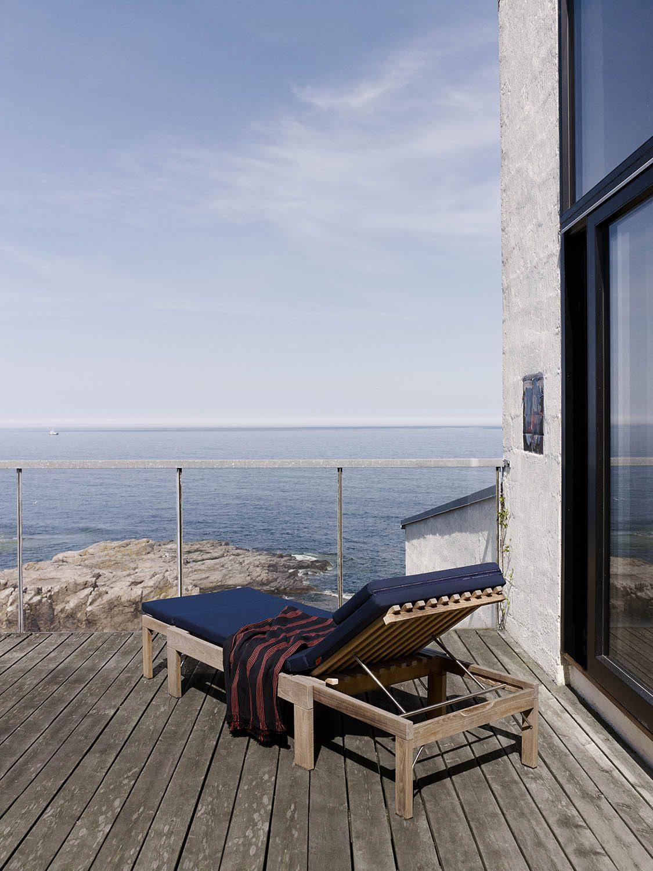 Miljöbild av Riviera solsäng i teak med marinblå dyna.