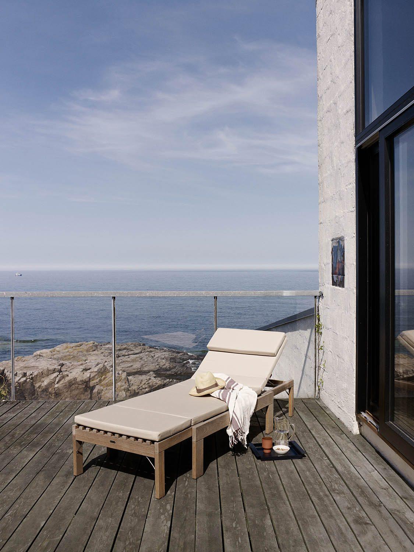 Miljöbild av Riviera solsäng i teak med vit dyna.