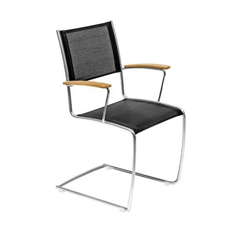 Spring karmstol med svart textileneväv och teakarmstöd.