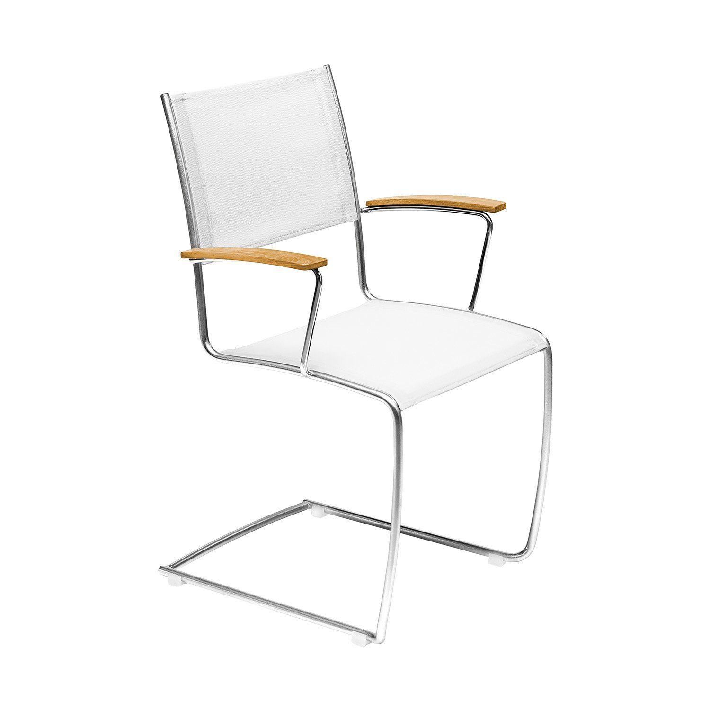 Spring karmstol med vit textileneväv och teakarmstöd.