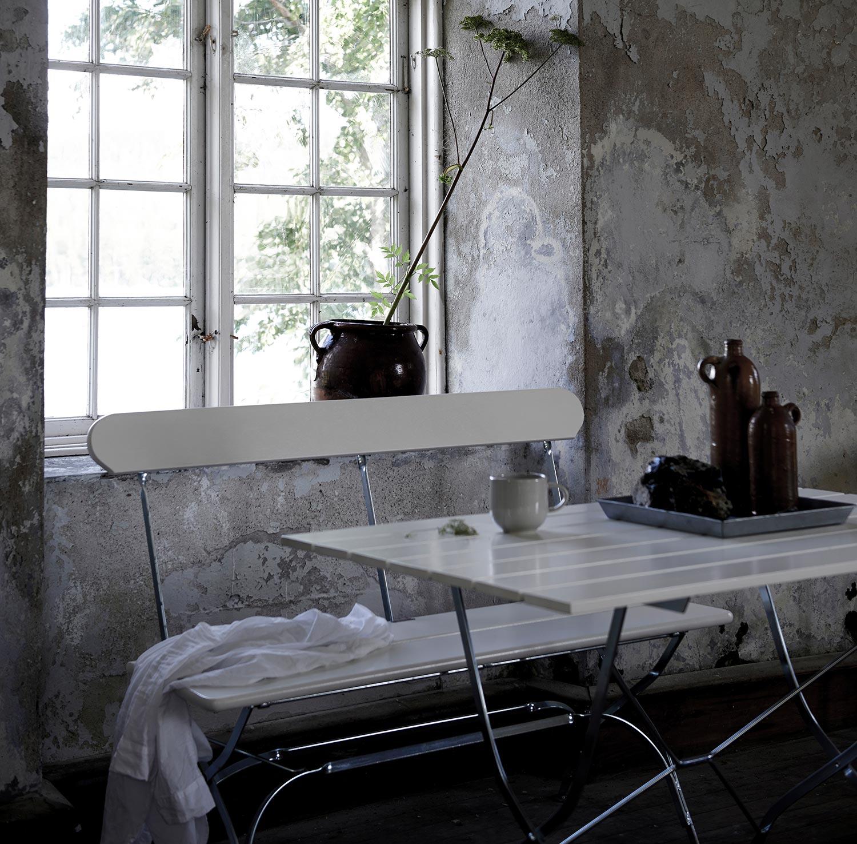 Bryggerisoffa med bryggeribord i vitlackad ek från Grythyttan Stålmöbler.
