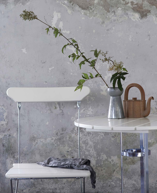 Bryggeristol och trefotsbord i vitlackad ek från Grythyttan Stålmöbler.