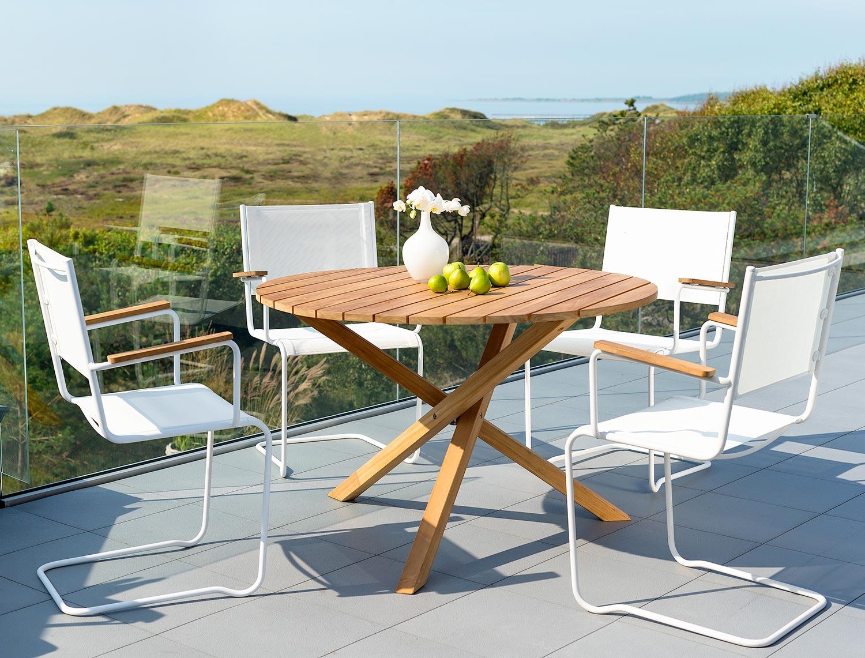 Summer matgrupp med vita stolar från Inout | Form.