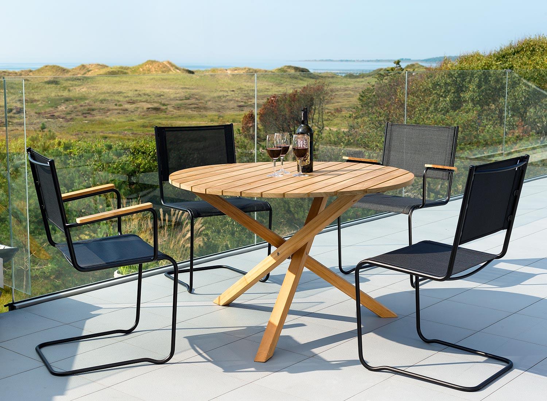 Summer matgrupp med svarta stolar från Inout | Form.