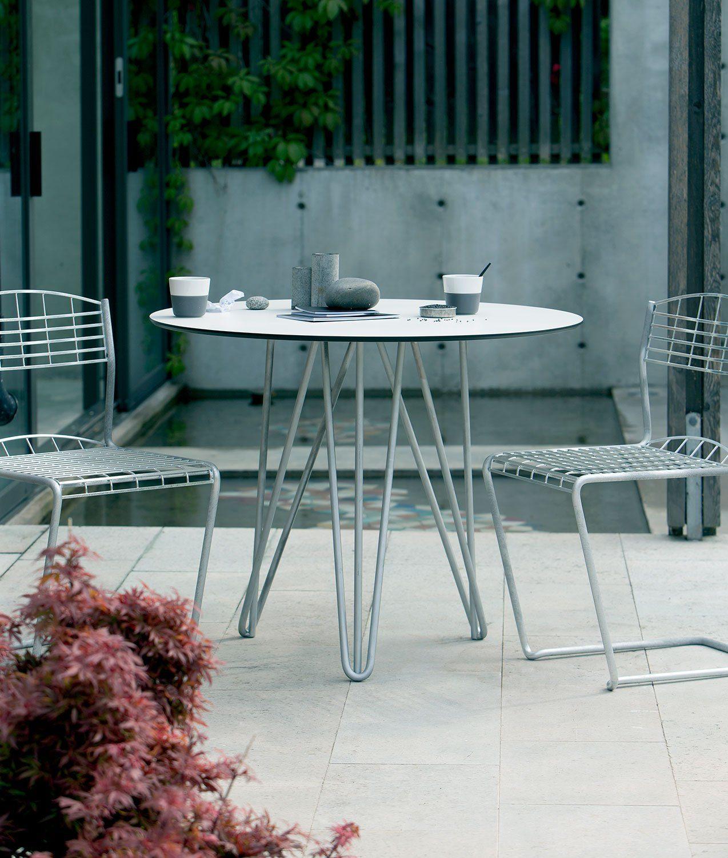 High-Tech stolar med tillhörande bord med diameter 90 cm från Grythyttan Stålmöbler.