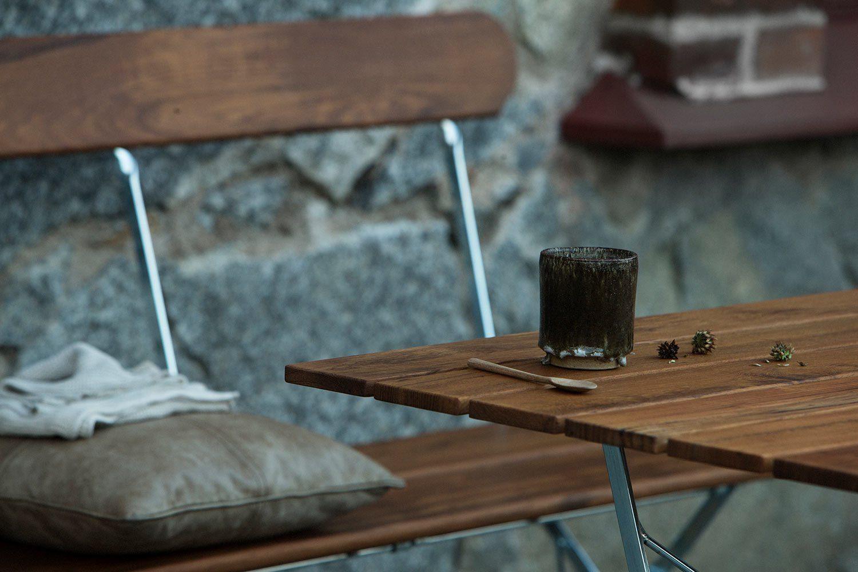 Detaljbild på bryggerisoffan och bryggeribordet från Grythyttan Stålmöbler.