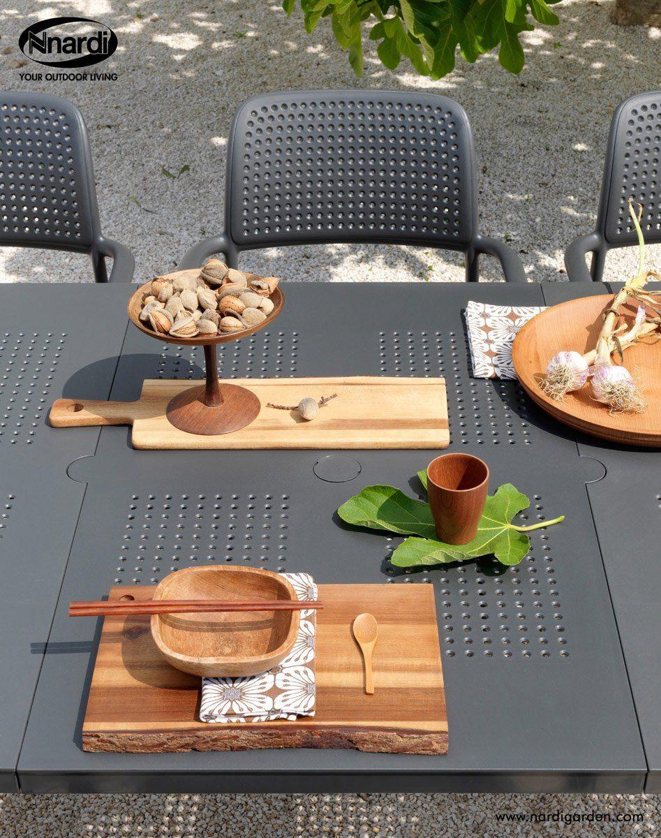 Detaljbild på Libeccio förlängningsbord med Bora karmstol i antracit från Brafab.