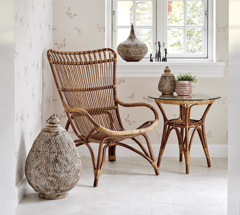 Monet fåtölj och sidobord i antikfärgad rotting från Sika Design.