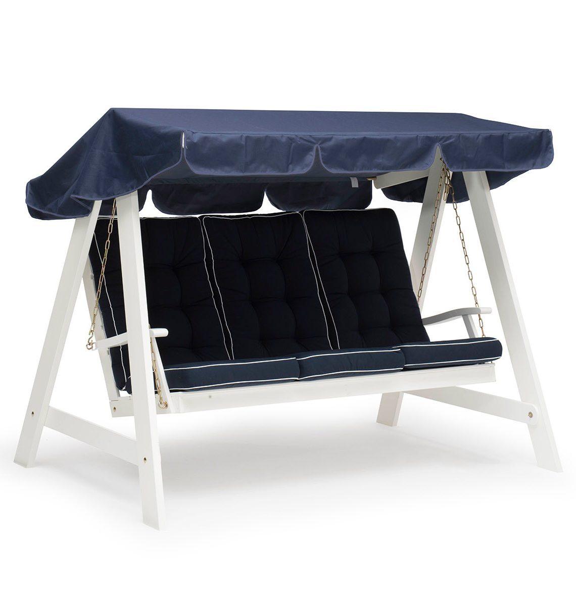 Dalom hammock i vitt med blåa dynor och blått tak från Hillerstorp.