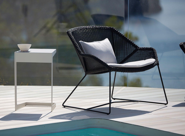 Breeze loungestol i svart med dyna och sidobord från Cane-line.