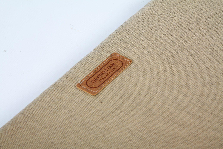 Detaljbild på en beige sittdyna från Grythyttans Stålmöbler.