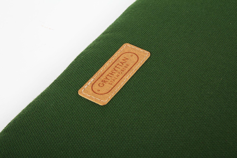 Detaljbild på en grön sittdyna från Grythyttans Stålmöbler.