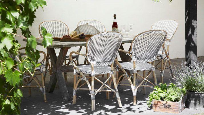 Isabell karmstol tillsammans med Colonial bord.