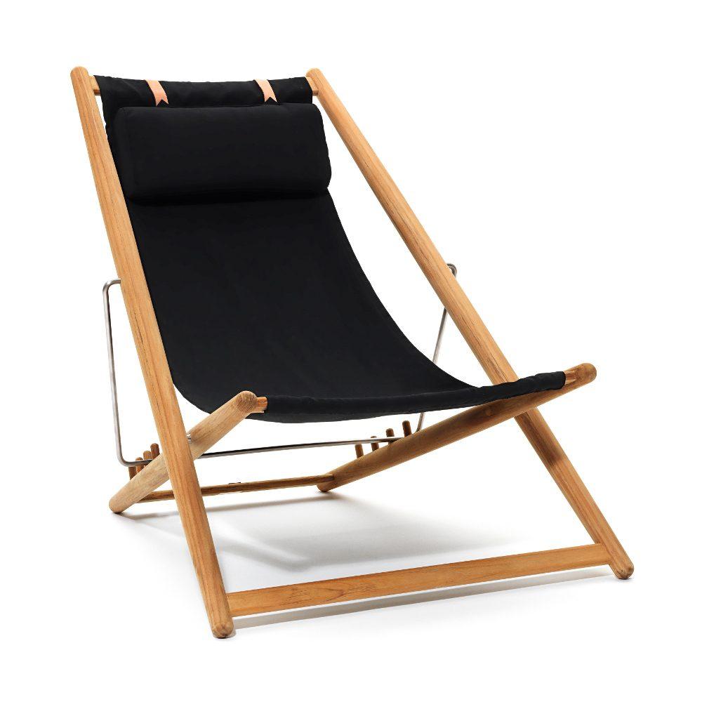 H55 vilstol med svart tyg och stomme av teak med rostfria beslag.
