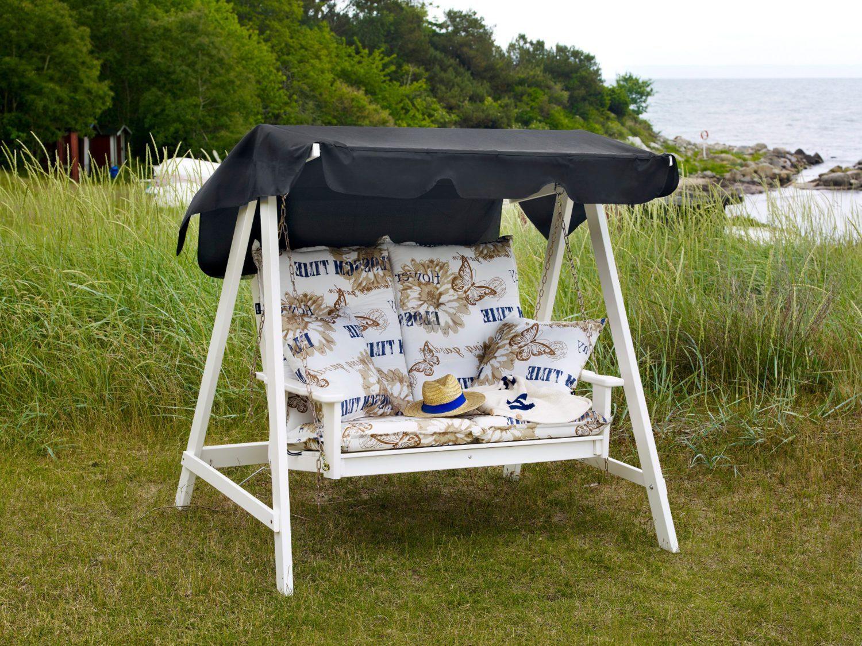 En tvåsitsig hammock i vitlaserad furu.