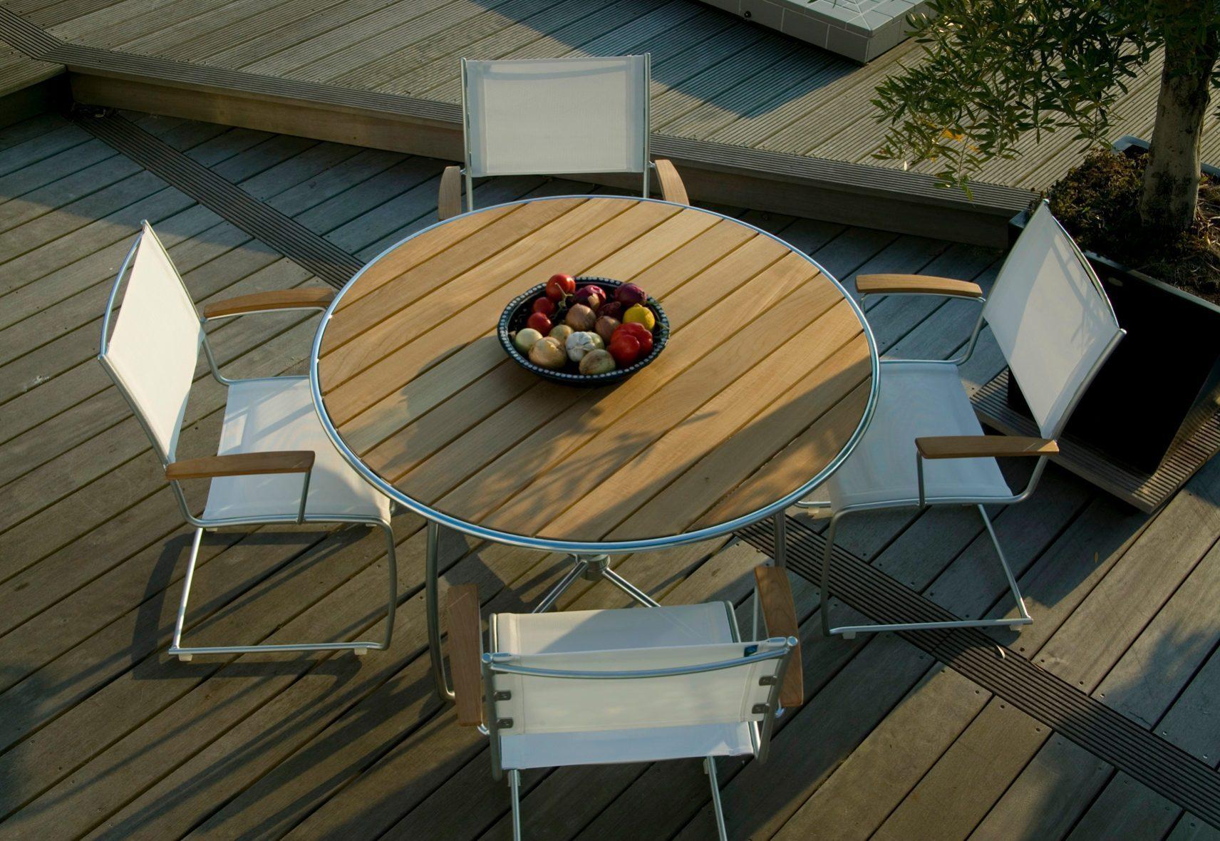 Spring matgrupp designad av Staffan Hultgren, här med stolar i vit textilene och detaljer i teak med tillhörande bord.