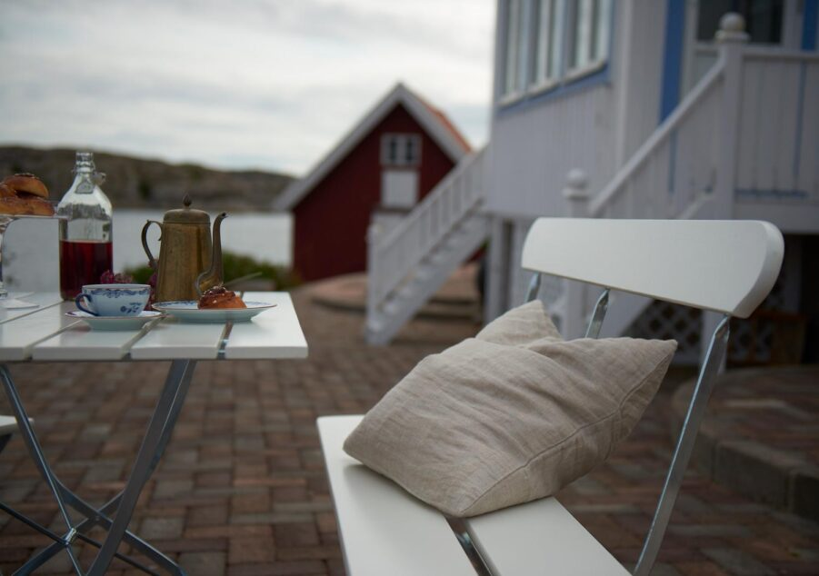 Bryggerisoffa och bord i vitlackad ek från Grythyttan Stålmöbler.