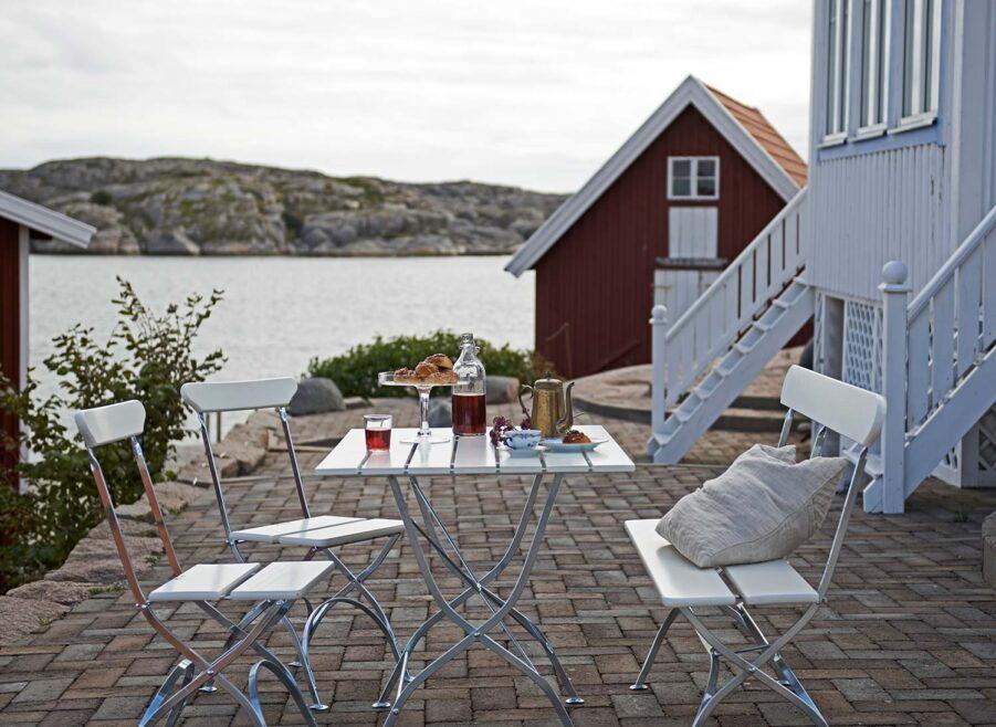 Bryggeri matgrupp i vitlackad ek från Grythyttan Stålmöbler.