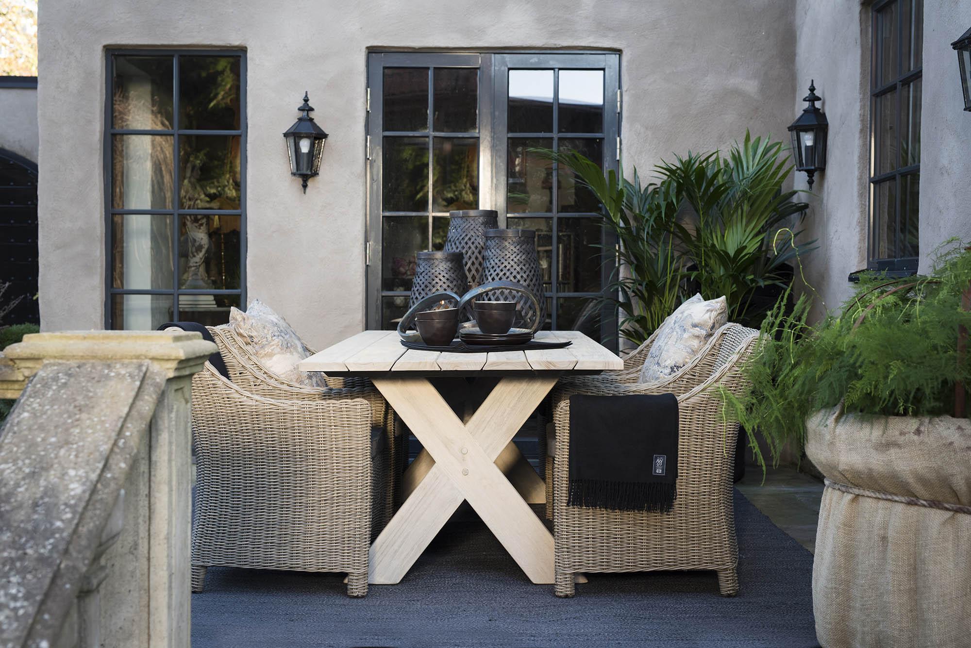 Cross matbord tillsammans med San Diego karmstolar i konstrotting från Artwood.