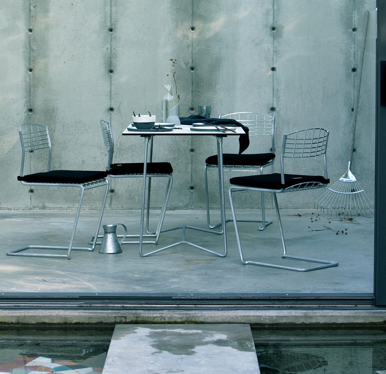 High-tech stolar med bord i samma serie från Grythyttan Stålmöbler.