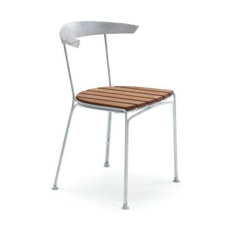 Dover stol med aluminiumfärgat stativ och mahogny i sitsen från Byarums Bruk.