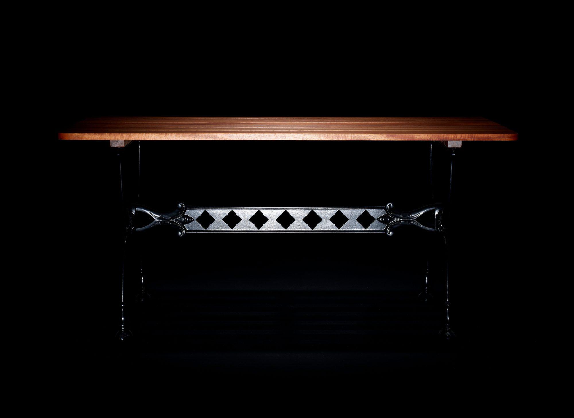 Inspirationsbild på Byarum bord i brunlaserad furu med svartlackat stativ.