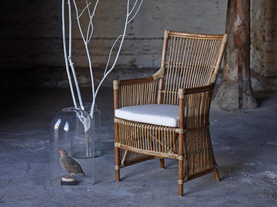 Miljöbild på rottingstolen Da Vinci från Sika-Design i färgen antik med vit sittdyna.