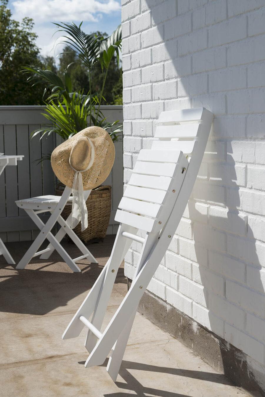 Fällbar stol i vit hardwood från levereantören Hillerstorp.
