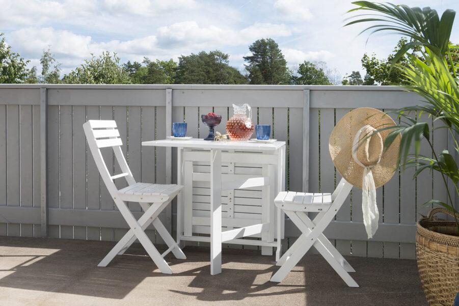 Åre klappstol och klaffbord i vit akacia.