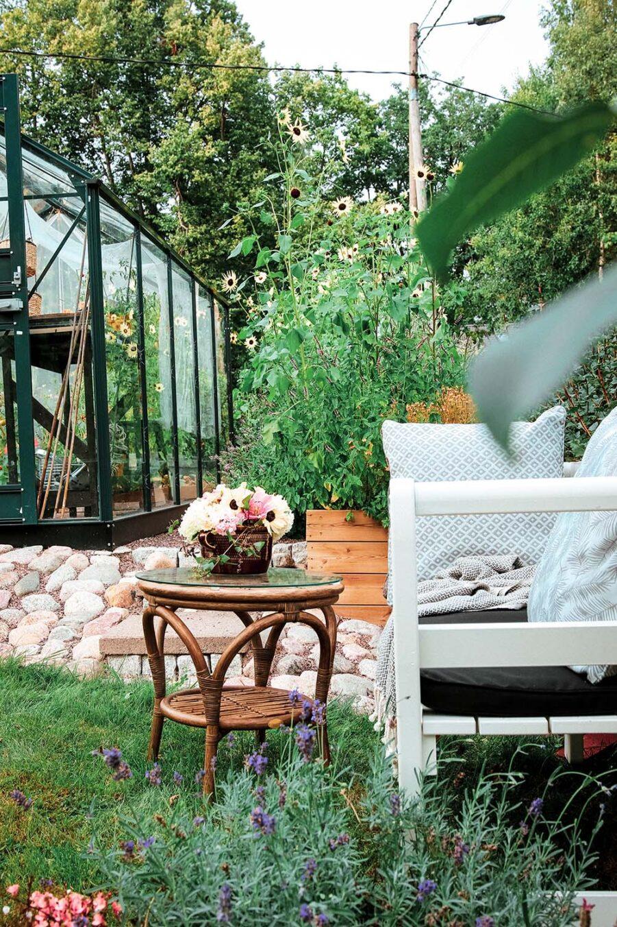 Miljöbild på Drömminge soffa med sidobordet Praktö i rotting.
