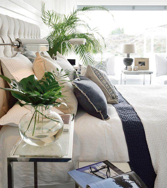 Miljöbild på London sänggavel i linne sand med prydnadskuddar och överkast från Artwood.