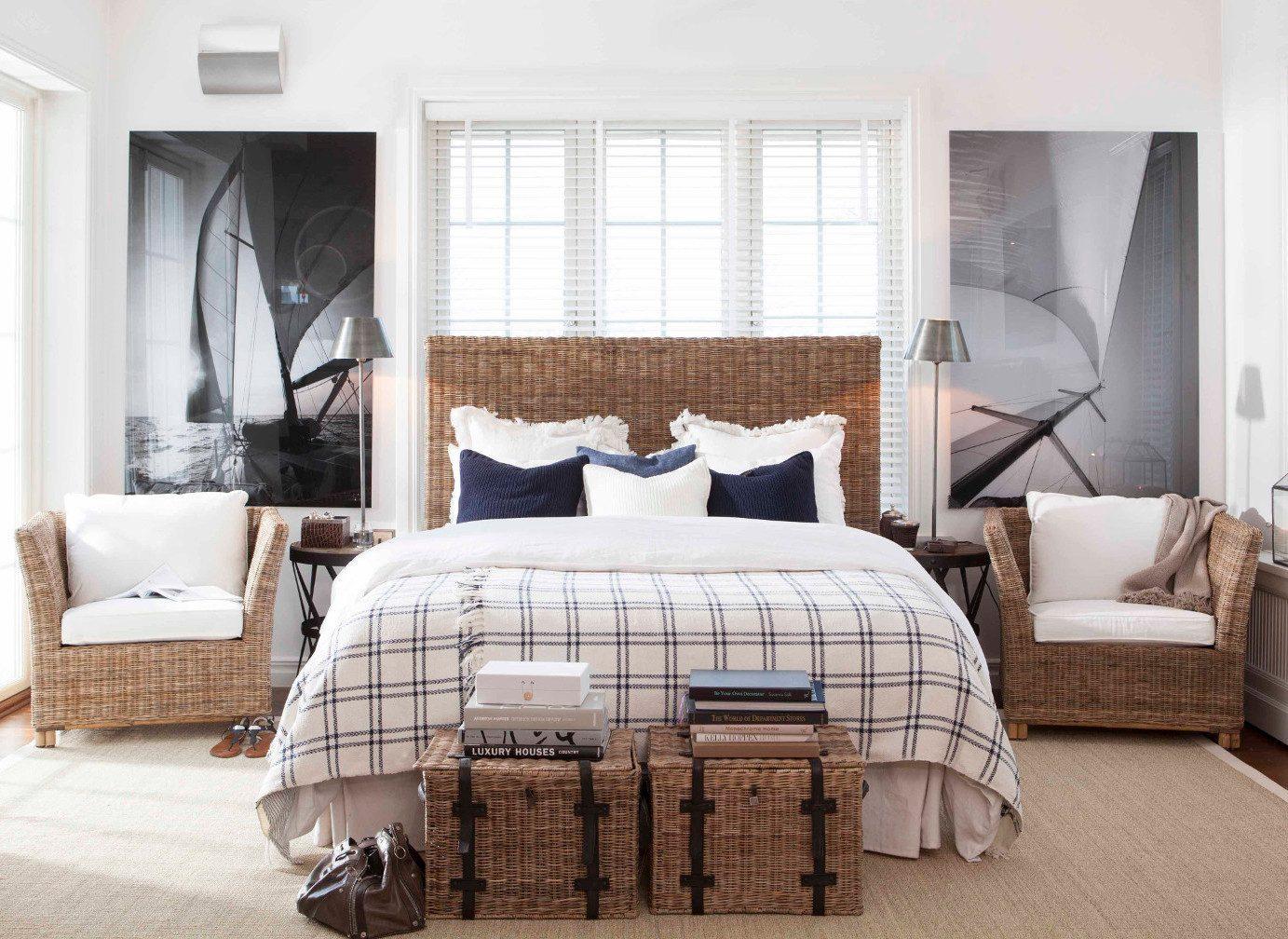 Liberty sänggavel tillsammans med Arlington fåtöljer i rotting.
