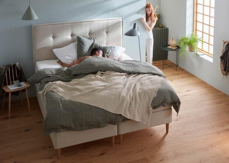 Miljöbild på Family Plus kontinentalsäng med 8-knappad sänggavel i beige.