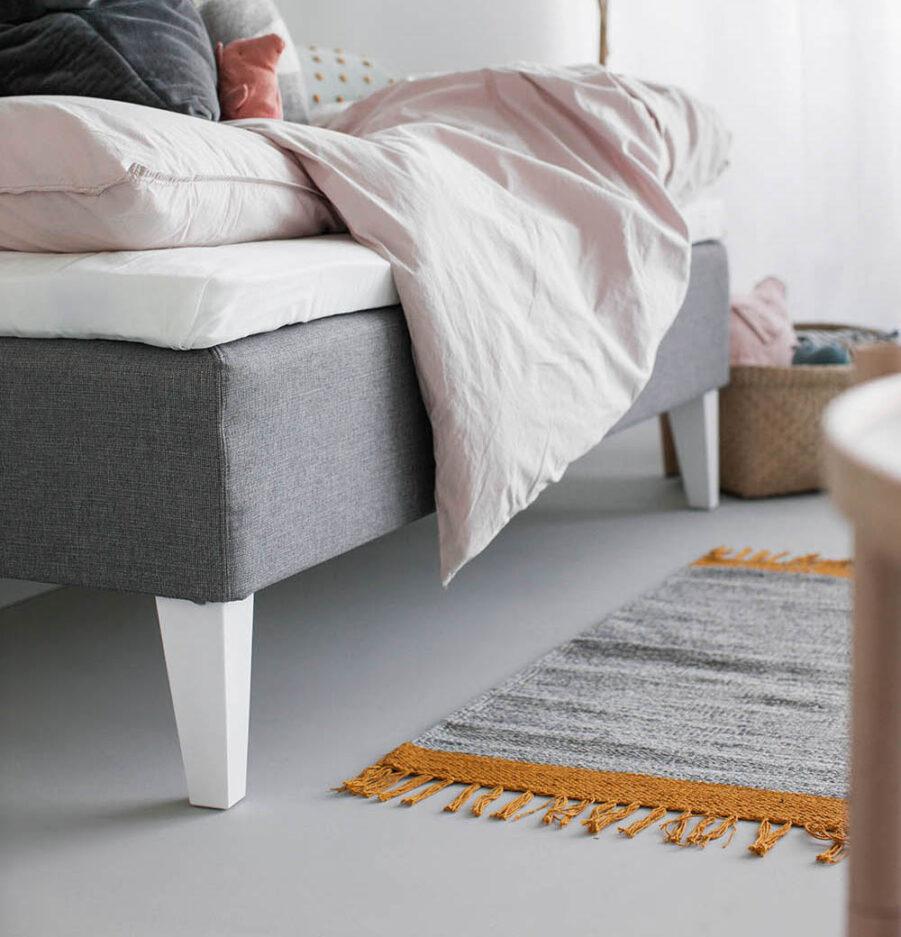 Vita konade sängben i trä från Hilding.