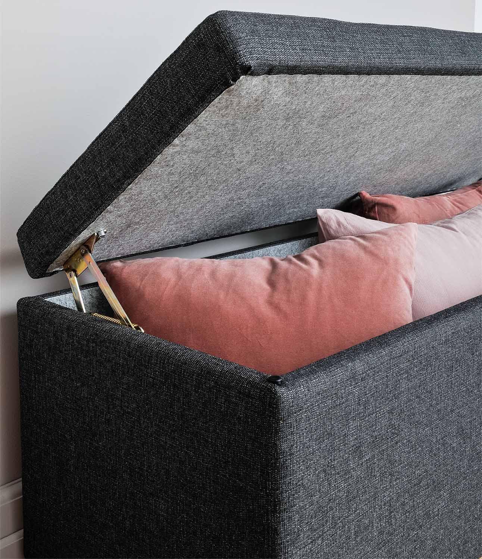Miljöbild av sänglåda i färgen grafit från Hilding.