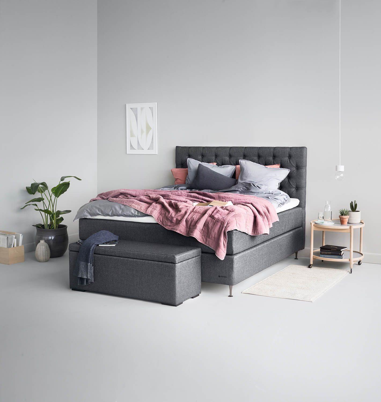Miljöbild på en säng med sänglåda från Hilding.