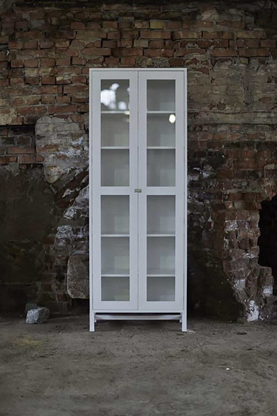 Miljöbild på Falserbo skåp 190 cm i vitt.